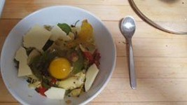 Huevo en cama de verduras