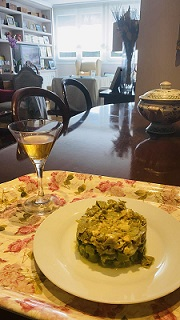 Tartar de espárragos, alcachofas y huevo duro con lascas de parmesano